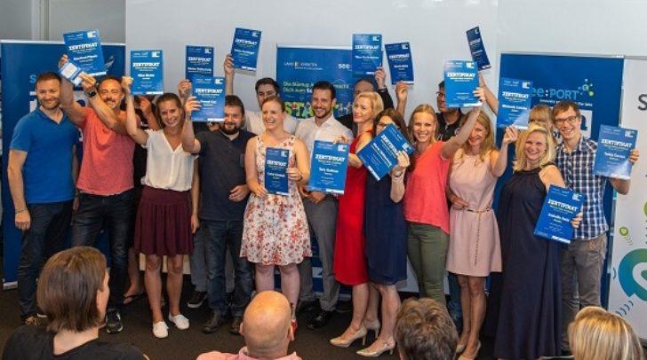 LR Sebastian Schuschnig gratuliert den AbsolventInnen des ersten Jahrgangs der Start-up Sales Academy see:PORT in Pörtschach.