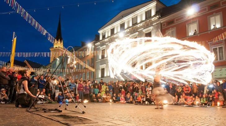 Faszinierende Darbietungen, Akrobatik, feurige Shows und heiße Rhythmen warten vom 22. bis 24. Juli beim 26. Villacher Straßenkunstfestival wieder auf die Tausenden Besucher in der Innenstadt.