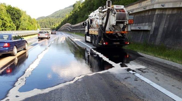 Insgesamt wurden über zwei Kilometer der Autobahn verunreinigt.