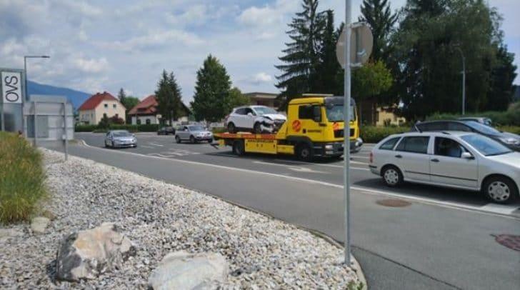 Das zweite in den Unfall verwickelte Auto wurde bereits abtransportiert.