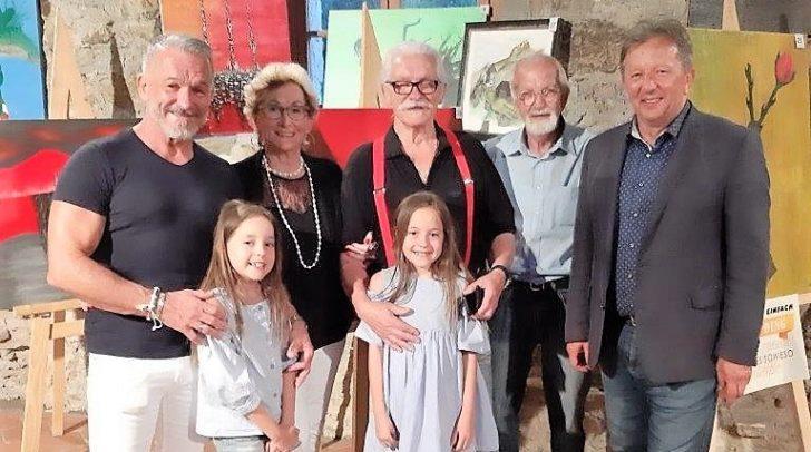 Konrad Zöttl (Mitte) im Kreise seiner Familie, Prof. Bernhard Wolfsgruber (2.v.r.) und Bgm. Erich Kessler (1.v.r.)