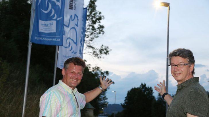 StR Christian Scheiderm und Gottfried Mirnig bei der neuen LED-Beleuchtung.