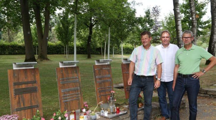 Stadtrat Christian Scheider sah sich mit Manfred Widmer (Friedhofsverwaltung) und Horst Filips (Facility Management) die fertigen Arbeiten