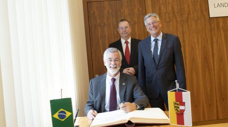 LH Peter Kaiser (r.) begrüßt den brasilianischen Botschafter S.E. J Antonio Marcondes (l.) gemeinsam mit Landesamtsdirektor Dieter Platzer (hinten) bei seinem Antrittsbesuch im Amt der Kärntner Landesregierung.