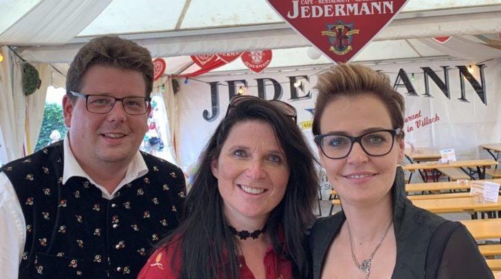 ÖVP Clubobmann Str. Christian Pober, Jedermann Wirtin Petra Prasser und Stadträtin Katharina Spanring. Pober fordert 50 Prozent weniger Standgebühr für heimische Wirte