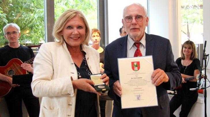 Bürgermeisterin Dr. Maria-Luise Mathiaschitz übergab an Dr. Erich Lindner den Ehrpfennig.