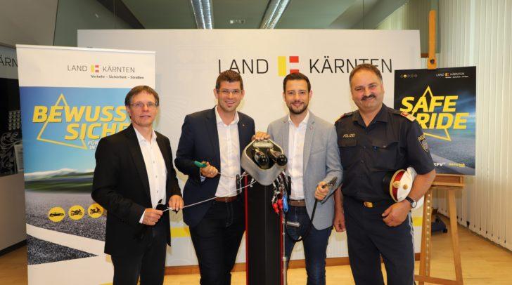 Klaus Robatsch (KFV), LR Martin Gruber, LR Sebastian Schuschnig und Oberst Adolf Winkler (v.l.n.r.) mit einem Modell der Radservicestationen, die demnächst aufgestellt werden.