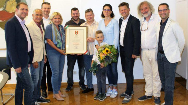 Bürgermeisterin Mathiaschitz und die Mitglieder des Stadtsenates verliehen das Stadtwappen an die Familie Korbelius.