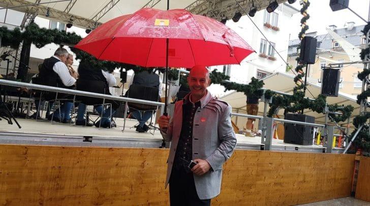 Für jedes Wetter gerüstet: Kirchtagschef Joe Presslinger lädt alle zum Villacher Kirchtag ein.
