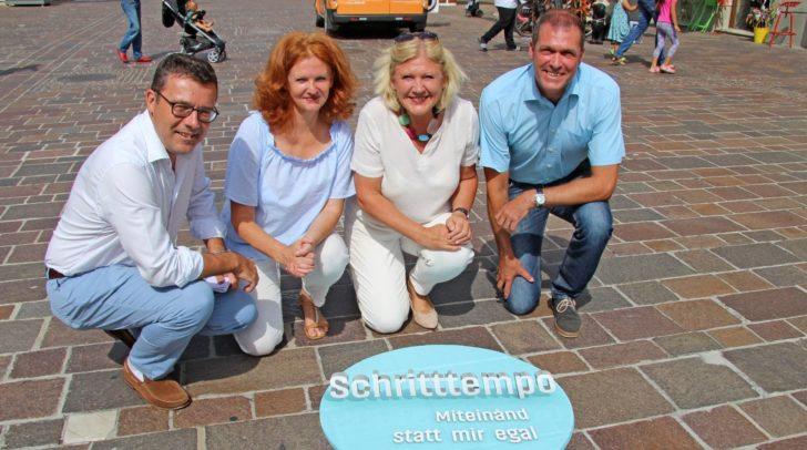 Bürgermeisterin Dr. Maria-Luise Mathiaschitz mit Stadtrat Markus Geiger und den Gemeinderäten Mag. Margit Motschiunig und Mag. Manfred Jantscher beim Kleben der letzten Folie in der Fußgängerzone.