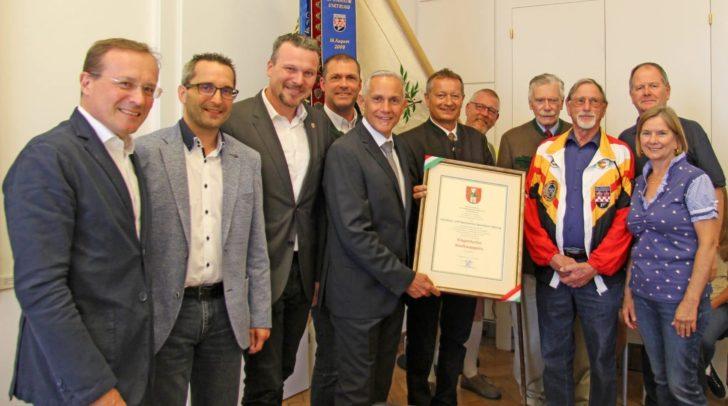Vizebgm. Pfeiler überreichte im Beisein von Vizebgm. Germ und den Stadträten Geiger und Petritz das Klagenfurter Stadtwappen an die Sponheimer Schützen.