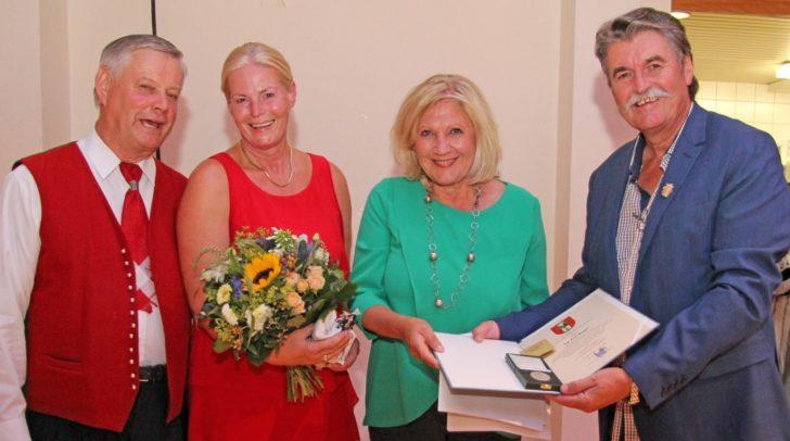 Bürgermeisterin Dr. Maria-Luise Mathiaschitz übergab an Ing. Karl Weger im Beisein seiner Gattin Marianne und Helmuth Palko von der Kindervolkstanzgruppe Klagenfurt den Ehrpfennig.