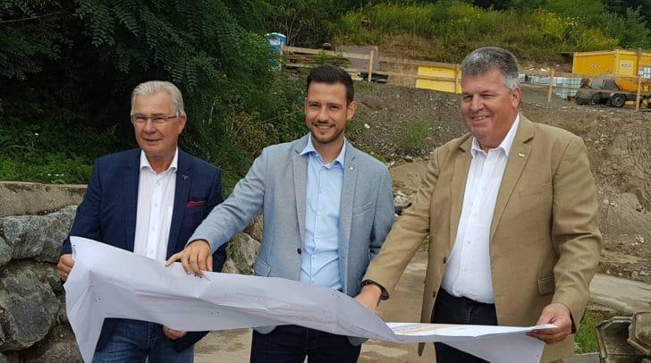 Stadtrat Harald Sobe, Landesrat Sebastian Schuschnig und Regionalleiter Siegfried Moser von der ÖBB (v.l.) starteten heute offiziell die Bauarbeiten.