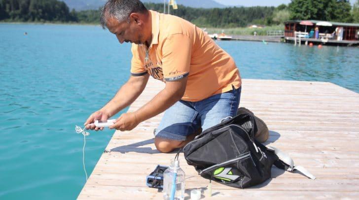 Harald Ulbing vom Gesundheitsamt der Stadt Villach zieht regelmäßig Wasserproben an den Seen.