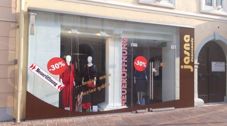 Die Boutique Jasna feiert Neueröffnung und wirbt mit einem Rabatt von -30 Prozent.