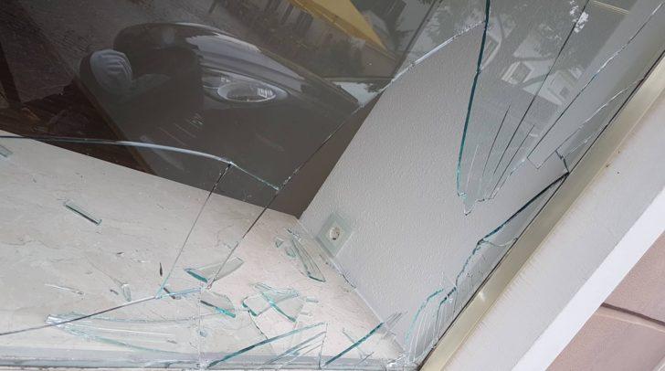 Vermutet wird, dass der Einbrecher sich an den Glasscherben verletzte.