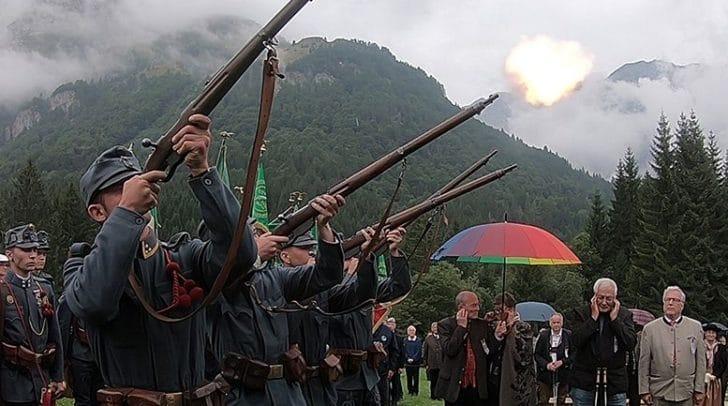 Zum Totengedenken schoss die ungarische Abordnung Salut
