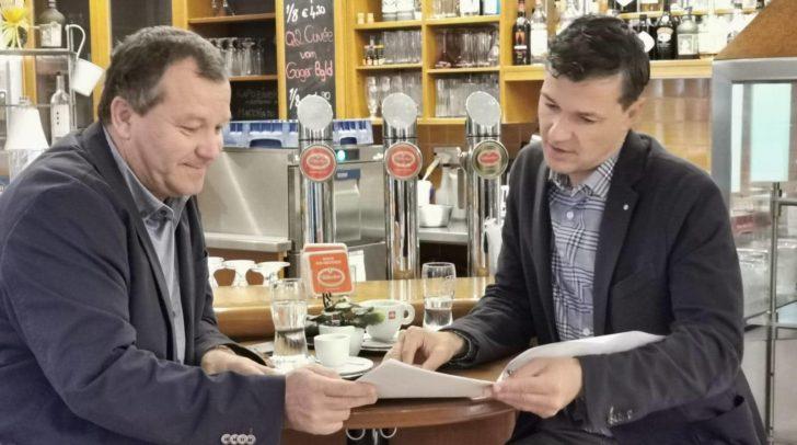 Josef Nageler von der Drauschifffahrt und der Abgeordnete zum Nationalrat Peter Weidinger schmieden neue Pläne für eine umweltbewusste Zukunft.