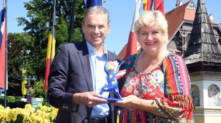 Doris Maria Kofler überreichte dem Bürgermeister Ferdinand Vouk einen Friedensengel.