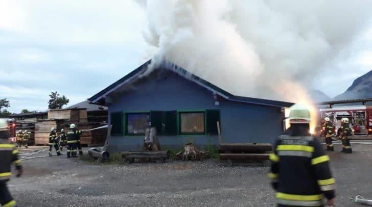 Ein Wirtschaftsgebäude eines Sägewerks stand in Flammen.