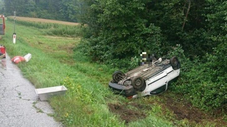 Aufgrund der regennassen Fahrbahn kam das Fahrzeug von der Straße ab.