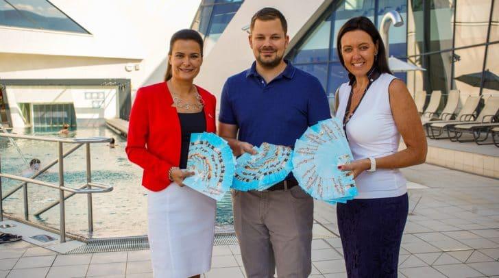 Thermenleiter Thomas Leiter und Marketing-Leiterin Michaela Zebedin übergaben Roberta Striedinger von der Caritas 100 Eintrittskarten.