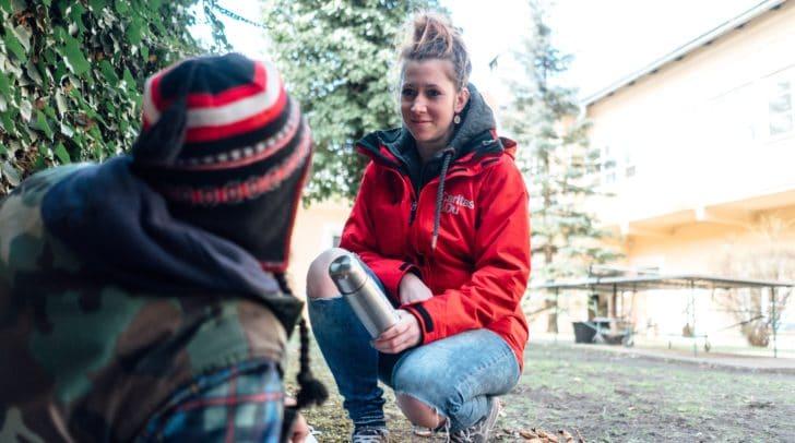 Caritas-Mitarbeiterin Simone Wulz bei einem Einsatz. Damit die Hilfskette für obdachlose Menschen in Gang kommen kann, bedarf es eines Telefondienstes.