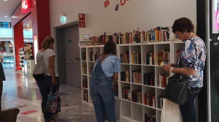 Bei der Tauschbibliothek im Atrio finden ausgelesene Bücher neue Besitzer.