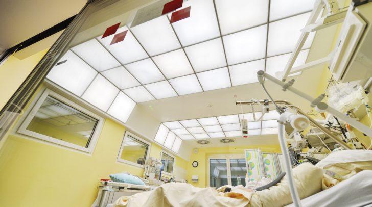 Eines der speziellen Patientenzimmer auf der Intensivstation des EKH. Die Lichtlösung soll den natürlichen Tag-/Nachtrhythmus unterstützen, Orientierung geben sowie das allgemeine Wohlbefinden der Patienten fördern.