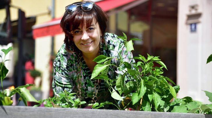 Auch Vizebürgermeisterin Petra Oberrauner gartelt mit -  bei den neuen Pflanztrögen auf dem Unteren Kirchenplatz.