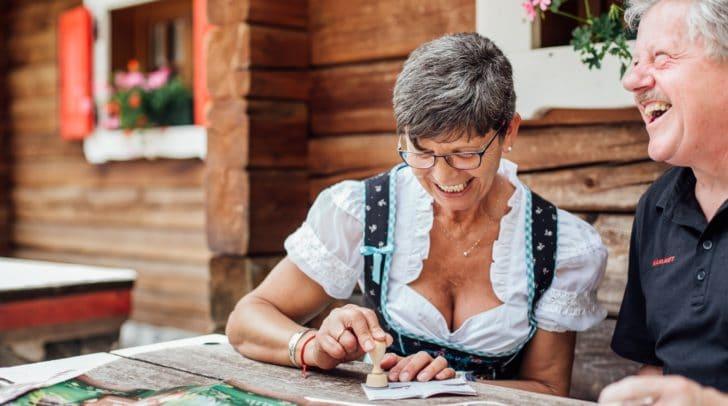 Kulinarik-Wanderer nehmen ab vier Stempel im Sammelpass bei einem Gewinnspiel teil.