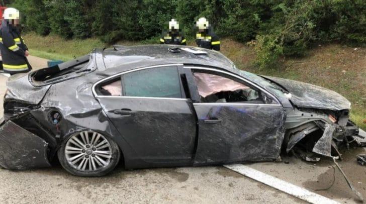 Der Fahrer wurde im Fahrzeug eingeklemmt und schwer verletzt.