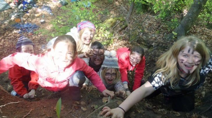 Die Kinder und Jugendlichen der Wäldläuferbande erkunden die Natur.