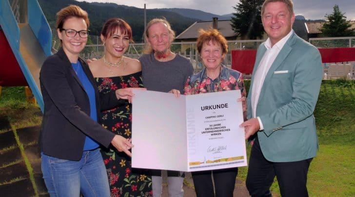 Bürgermeister Günther Albel und Stadträtin Katharina Spanring gratulierte zum 50-jährigen Jubiläum (c) Stadt Villach/Augstein