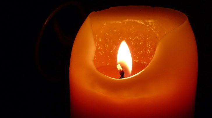 Eine vergessene Kerze kann schnell zum großen Problem werden. Als die 47-Jährige wieder in ihre Wohnung zurückkehrte, entstand gerade eine Feuersbrunst am hölzernen Esstisch.