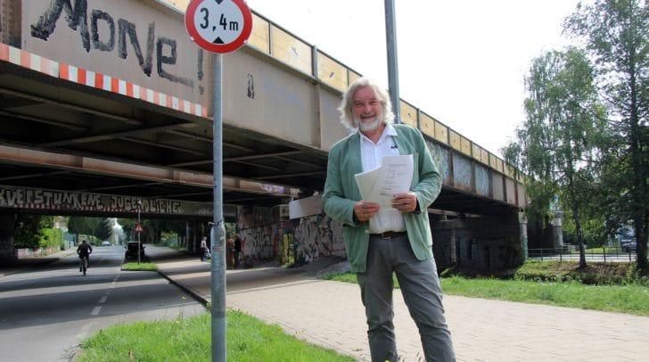 Stadtrat Frank Frey bei der Eisenbahnbrücke Tarviser Straße