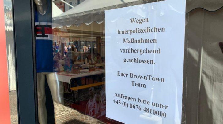 """Laut dem Brown Town Team ist das Geschäft aktuell wegen """"feuerpolizeilichen Maßnahmen"""" geschlossen. Wann wieder eröffnet werden kann steht noch nicht fest."""