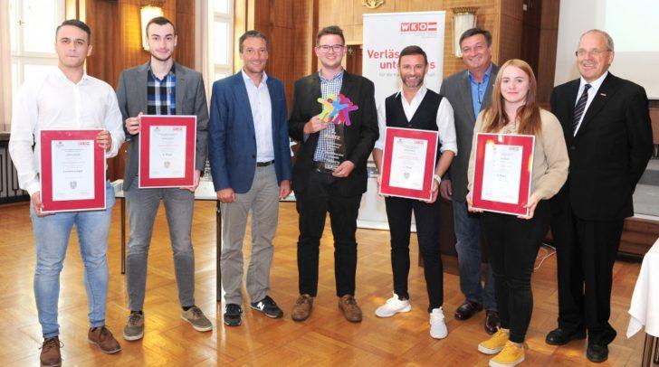 Die erfolgreichen Lehrlinge Dejan Paponjak und Guido Kotusc (von links), Simon Waldhauser (Mitte) und Stefanie Neumeister mit Gratulanten.