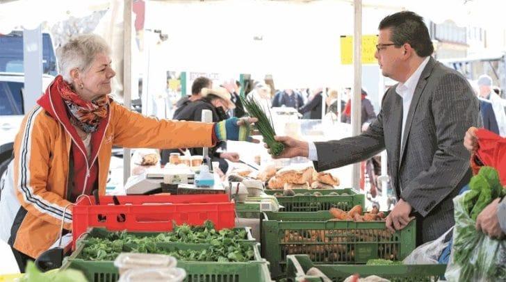 Stadtrat Christian Pober lädt am Samstag zum Erntedank auf den Wochenmarkt.