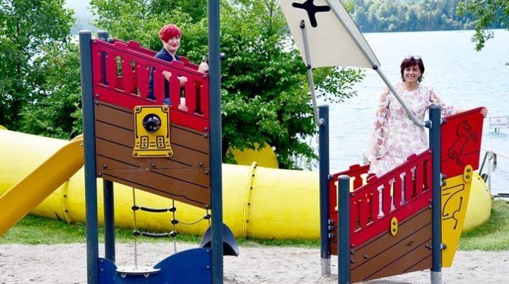 Bäderreferentin Vizebürgermeisterin Petra Oberrauner (rechts mit Stadtgärtnerin Sabine Karl am Drobollacher Spielplatz) freut sich über die gute Sommersaison.