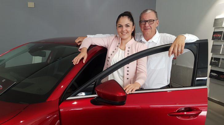 Biljana Pecic und Michael Brodegger von Eisner Auto Villach stellen den neuen Mazda CX-30 vor