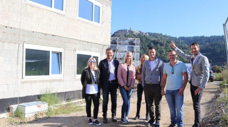Das Team von Nageler Immobillien steht heute mit Informationen und Ratschlägen beim Besichtigungstag in der Hochfeldstraße zur Stelle.
