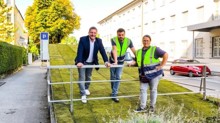 Bürgermeister Günther Albel und Mitarbeiter des Stadtgartens bei den neuen Moosmatten.