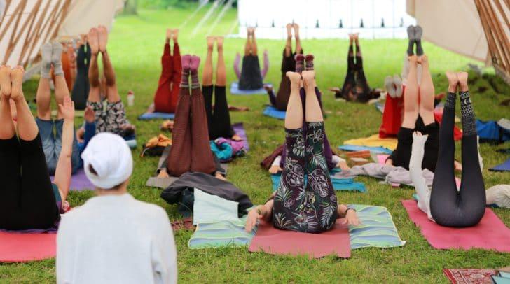 Internationale Yogalehrer geben am