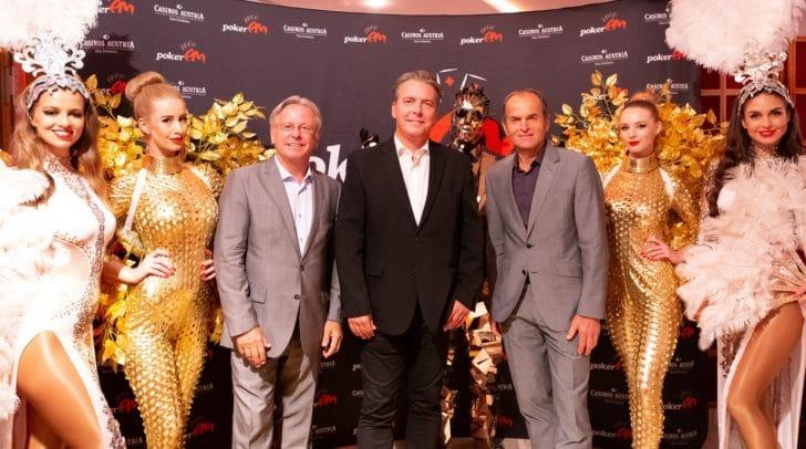 Casino Baden Direktor Edmund Gollubits, Direktor Paul Vogel und sein Vorgänger im Casino Velden, Mag. Othmar Resch, mit den Tänzerinnen bei der 30th Anniversary Party.
