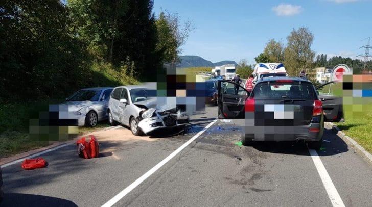 Mehrere PKW waren beteiligt. Zwei Personen wurden unbestimmten Grades verletzt.