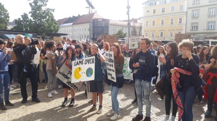 Die Klagenfurter Schüler und Schülerinnen streiken für das Klima.