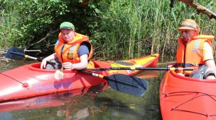 Die fünf körperlich beeinträchtigten Sportler und ihr Betreuer Jonas Seebacher haben den Müll am Ossiacher See eingesammelt.