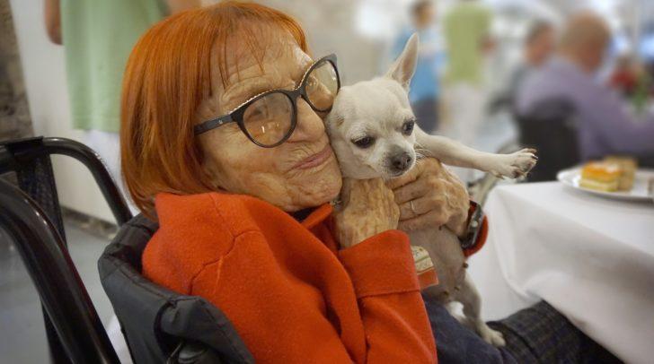 Adrienne Pokorny mit Chihuahua Maggie.