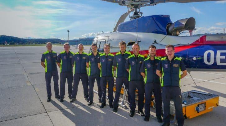 Die Piloten der FEST Klagenfurt mit den beiden Fluglehrern vom BMI (äußerst links) Chefinspektor Michael Korvas und (äußerst rechts) Kontrollinspektor Patrick Fritz.